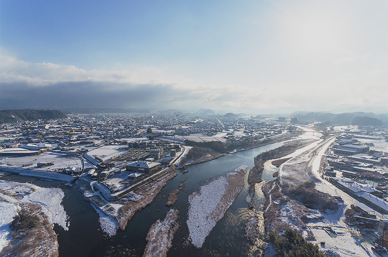 自社ビルからドローンで撮影した三隈川の冬景色です