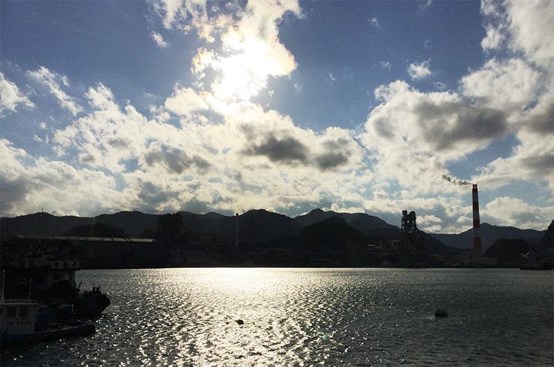 夕日に沈む津久見工業地帯(ノーベル、大分ドローン撮影)